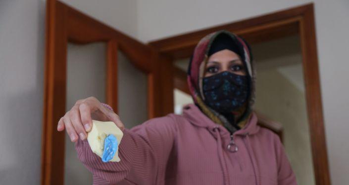Marketten aldığı peynirin içinden ameliyat eldiveni çıktı