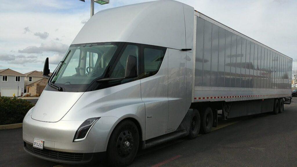 Tesla'nın elektrikli kamyonu Semi, pistte görüntülendi